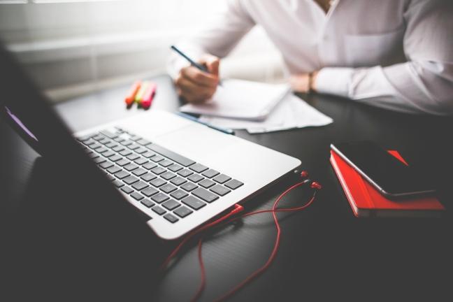 entrepreneur-working-on-his-macbook-picjumbo-com